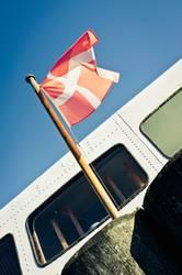 Flagge von Dänemark vor einem Boot