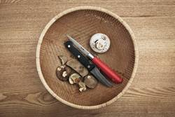 Pilze und Messer in einem Korb