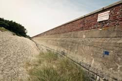 Mauer bei Prora auf Rügen, Ostsee