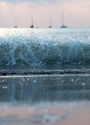 Wellen vor ankernden Segelyachten