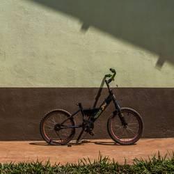 Fahrrad an Wand in Thailand