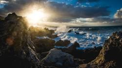 Brandung auf Kreta im Sonnenuntergang