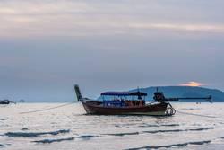 Thai-Boot in der Buch von Ao Nang, Andamensee