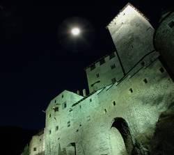 Schloss Taufers mit Mond