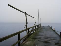 Bootssteg in den Nebel