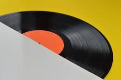 leeres weißes Schallplattencover über Eck mit LP auf gelb