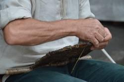 Korbmacher beim Flechten