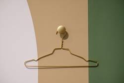 goldener Kleiderbügel