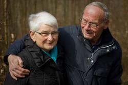 Seniorenpaar lacht gemeinsam draußen
