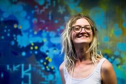 Jule | Junge Frau mit Dreads vor einem Graffiti