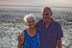 Seniorenpaar lacht im Watt