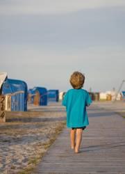 Kind läuft am strand