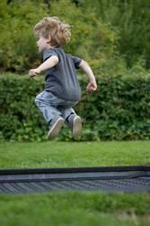 Junge springt auf einem Trampolin