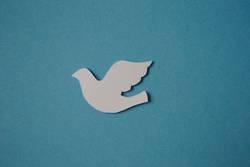 Taube aus Papier auf blauem Hintergrund