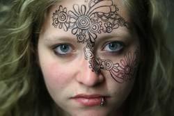 Junge Frau mit bemaltem Gesicht