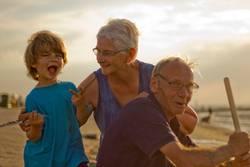 Oma und Opa mit Enkel am Meer