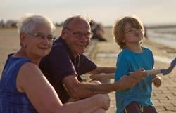 Familie mit Oma Opa Kind am Meer