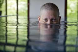 Frau taucht im Pool unter