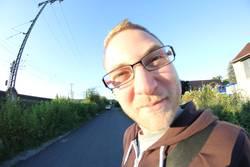 Fisheye Junger Mann mit Brille draußen