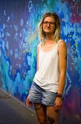 Jule - Junge Frau mit Dreads vor einem Graffiti