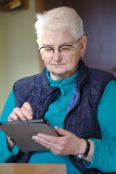 Seniorin benutzt tablet