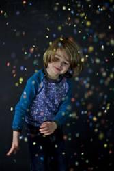 Kind wirft mit Konfetti