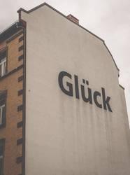 Glück - Hausfassade mit Schriftzug Botschaft