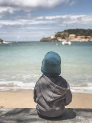 Der junge Mann und das Meer - Fernweh Sehnsucht Urlaub Aussicht