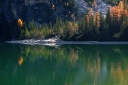 Herbstliche Spiegelung am Pragser Wildsee, Dolomiten, Südtirol