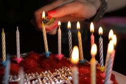 Geburtstagskuchenkerzen anfeuern