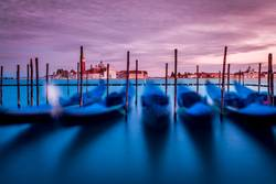 bewegende Gondel in Venedig im Abendrot