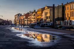 Spiegelungen in den Strassen von Venedig