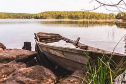 Holzboot am Ufer voll mit Wasser