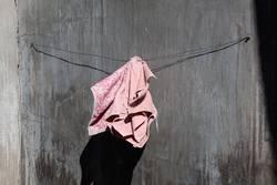 Rosa Handtuch auf grauem Grund