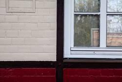Fachwerk, Ziegel und Fenster in weiß und rot