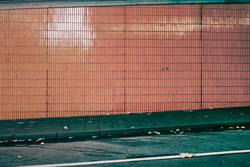 Wand mit orangen Kacheln