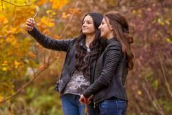 Freundinnen, die selfie Foto mit Smartphone machen