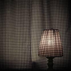 Kariertes Quadrat mit Lampe