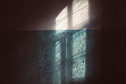 Schatten von Fenster auf alter Wand