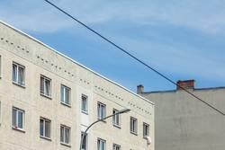Hausfassade mit Kabel