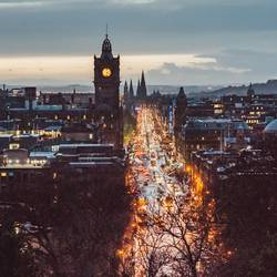 Ausblick in Abenddämmerung auf Princes Street in Edinburgh