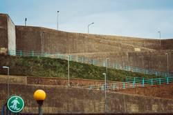 Straßen und Mauern am Hafen, Brighton Marina, England