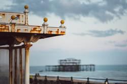 abgebranntes West Pier am Meer, Brighton, England, Südküste