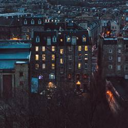Ausblick vom Calton Hill in Edinburgh auf ein Wohnhaus bei Nacht