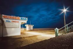Kiosk bei Nacht am Brighton Beach, Brighton, England