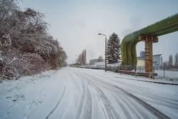 Weitwinkel Winterlandschaft Straße im Industriegebiet