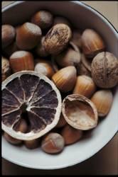 Nüsse in einer Schale – Analog im Herbst