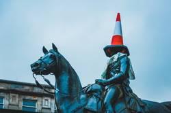 Reiter Statue mit Leitkegel auf dem Kopf