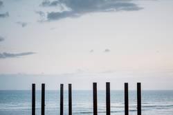 Pfähle am Strand in Brighton, England, Südküste
