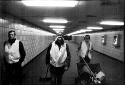 Leute im Tunnel